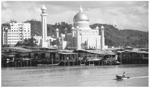 The Omar Ali Saifuddin Mosque on the Brunei River in Bandar Seri Begawan. Brunei is a constitutional monarchy; the Sultan is the head of state and all other political offices are held by men.