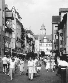 People fill a street in Lindau. Since the late 1970s, many inner-city areas have become pedestrian zones.