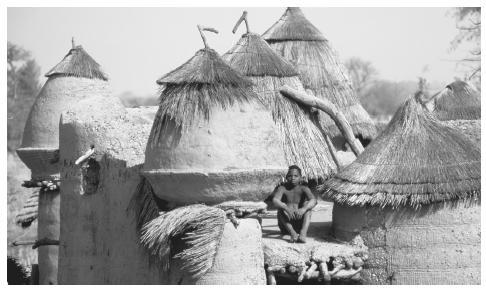 Des maisons comme celles-ci dans le village de Tata abritent un grand nombre de citoyens togolais.